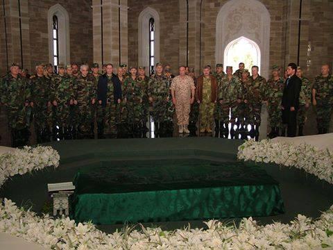 Receuillement le 8 mars 2015 des commandants généraux de l'armée syrienne devant la tombe de Hafez Al-Assad, père de Bashar Al-Assad. Ancien pilote de chasse, stratège hors pair qualifié de Machiavel du monde Arabe par l'ex-Secrétaire d'Etat US Henry Kissinger, c'est en grande partie grâce à lui que la Syrie tient encore. Il est derrière la prédominance de l'aviation dans les forces armées.
